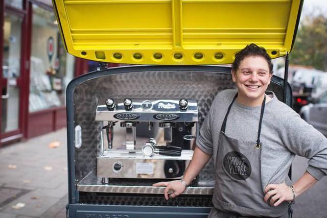 Kỳ lạ chuỗi cà phê chẳng tốn 1 xu cho quảng cáo, không có vị trí đắc địa, dùng toàn cốc tái chế và tất cả nhân viên là người vô gia cư - Ảnh 1.