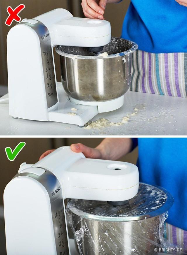 10 mẹo vặt vô cùng hữu ích của màng bọc thực phẩm, từ làm sạch nhà bếp đến bẫy côn trùng - Ảnh 4.