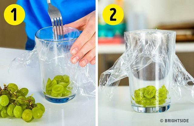 10 mẹo vặt vô cùng hữu ích của màng bọc thực phẩm, từ làm sạch nhà bếp đến bẫy côn trùng - Ảnh 6.