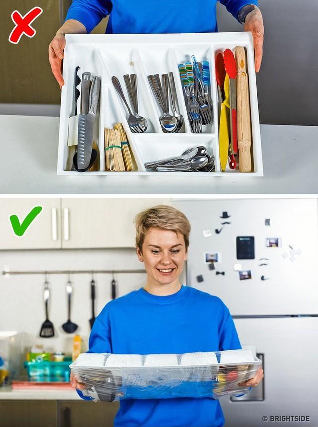 10 mẹo vặt vô cùng hữu ích của màng bọc thực phẩm, từ làm sạch nhà bếp đến bẫy côn trùng - Ảnh 8.