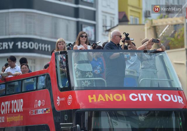 Chính thức khai trương tuyến xe buýt hai tầng mui trần đầu tiên ở Hà Nội: Giá vé 300k/4h - Ảnh 3.