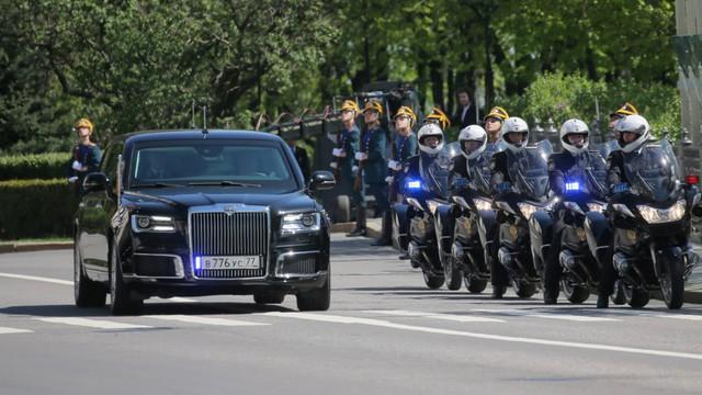 Chân dung chiếc limousine chống đạn đưa Tổng thống Putin đi nhậm chức - Ảnh 3.