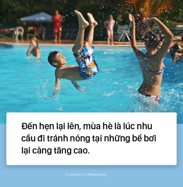 Đến hẹn lại lên: Vừa vào hè, bể bơi ở Trung Quốc đã đông tới mức phải gạt người ra để nhìn thấy nước - Ảnh 1.