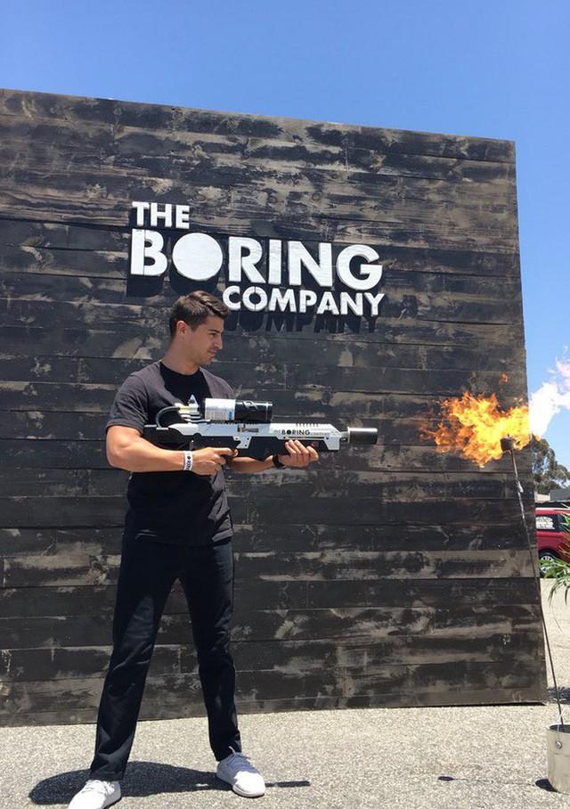 Vừa suýt khóc tại cuộc họp cổ đông, Elon Musk đã phấn khởi đăng tweet về việc bán được 1000 súng phun lửa - Ảnh 2.
