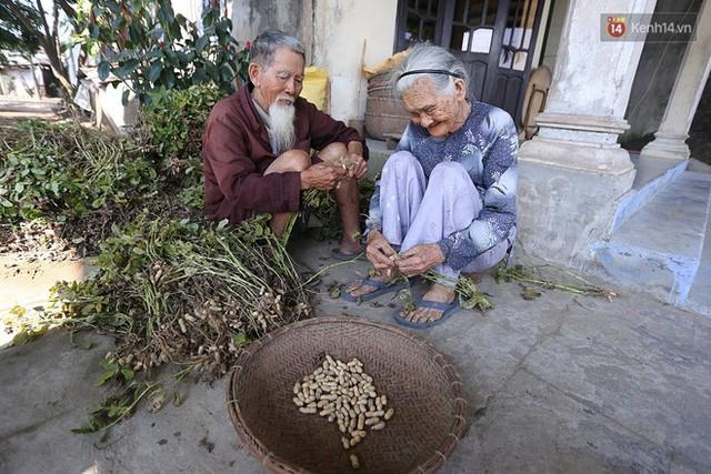 Nhiếp ảnh gia người Pháp chụp bộ ảnh đôi vợ chồng 94 tuổi và phía sau đó là một cổ tích tình già siêu dễ thương ở làng rau Trà Quế - Ảnh 15.