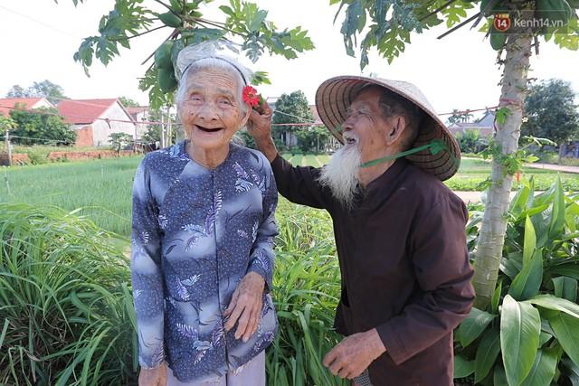 Nhiếp ảnh gia người Pháp chụp bộ ảnh đôi vợ chồng 94 tuổi và phía sau đó là một cổ tích tình già siêu dễ thương ở làng rau Trà Quế - Ảnh 4.