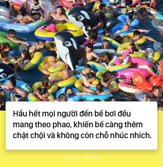 Đến hẹn lại lên: Vừa vào hè, bể bơi ở Trung Quốc đã đông tới mức phải gạt người ra để nhìn thấy nước - Ảnh 4.