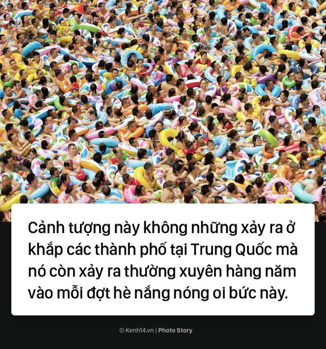 Đến hẹn lại lên: Vừa vào hè, bể bơi ở Trung Quốc đã đông tới mức phải gạt người ra để nhìn thấy nước - Ảnh 6.