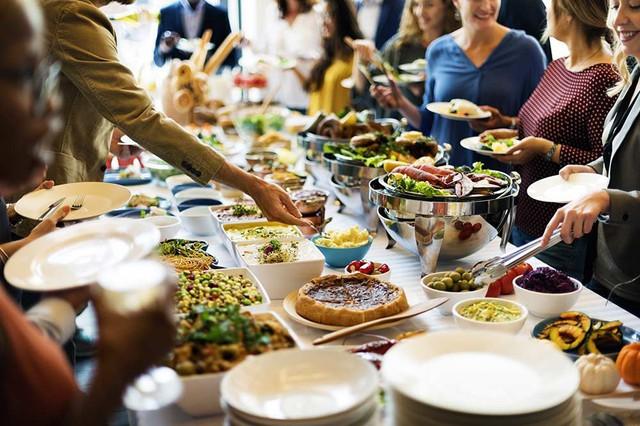 """[Case Study] Buffet - Mô hình kinh doanh """"lời không có"""": Khách ăn càng nhiều, nhà hàng càng lãi, nhờ tiến hành cả kinh tế học và tâm lý học - Ảnh 4."""