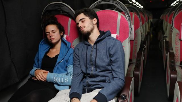 Chi phí quá đắt đỏ, Nhật Bản nghĩ ra cách cung cấp chăn miễn phí ở sân bay, tăng chuyến bus đêm để du khách tiết kiệm tiền ở khách sạn - Ảnh 1.
