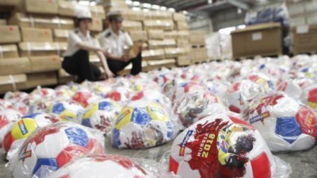 Trung Quốc: Bắt giữ hàng triệu món hàng nhái, hàng giả liên quan tới World Cup - Ảnh 1.