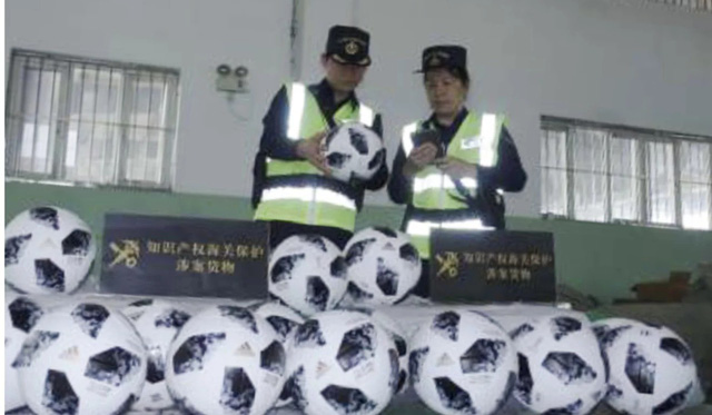 Trung Quốc: Bắt giữ hàng triệu món hàng nhái, hàng giả liên quan tới World Cup - Ảnh 2.