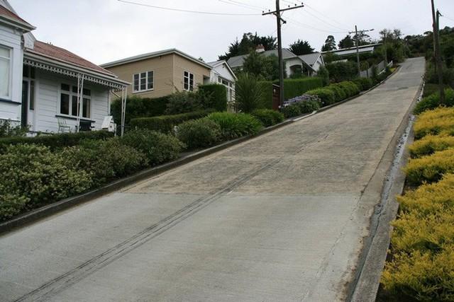 Ngắm con đường dốc nhất thế giới với độ dốc 35%, làm chủ yếu từ bê tông vì lo nhựa đường bị chảy xuống - Ảnh 2.