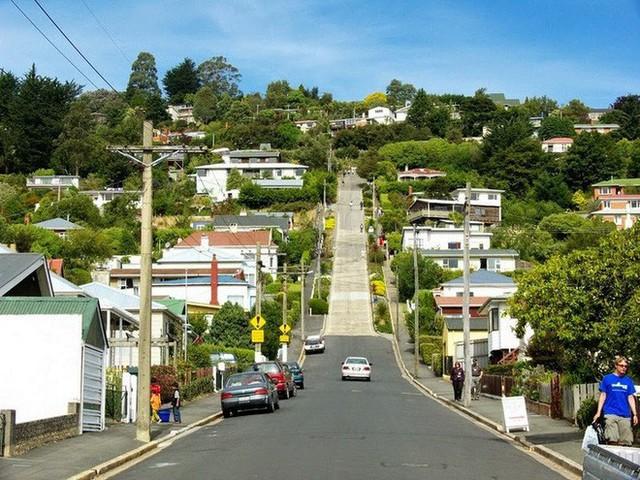 Ngắm con đường dốc nhất thế giới với độ dốc 35%, làm chủ yếu từ bê tông vì lo nhựa đường bị chảy xuống - Ảnh 11.