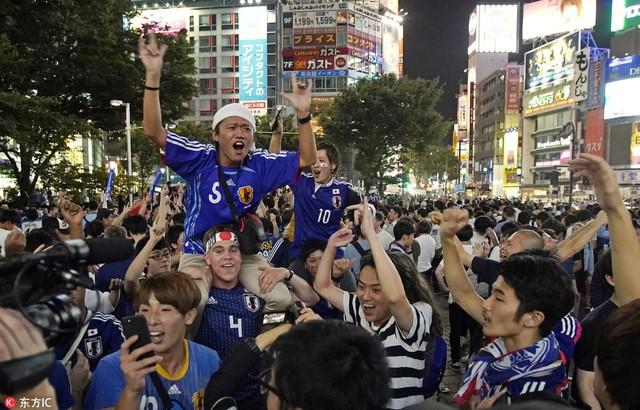 """đầu tư giá trị - photo 1 15295458177551131473116 - Người dân Nhật Bản """"đi bão"""", đổ ra đường ăn mừng chiến thắng gây sốc của đội nhà tại World Cup 2018"""