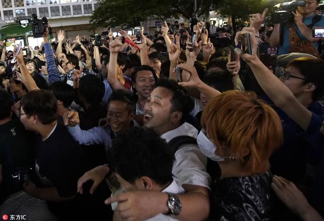 """đầu tư giá trị - photo 10 15295458177631141722191 - Người dân Nhật Bản """"đi bão"""", đổ ra đường ăn mừng chiến thắng gây sốc của đội nhà tại World Cup 2018"""