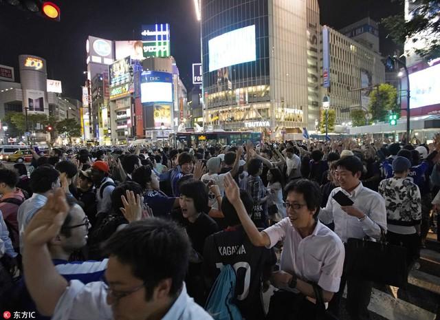 """đầu tư giá trị - photo 11 1529545817765284432745 - Người dân Nhật Bản """"đi bão"""", đổ ra đường ăn mừng chiến thắng gây sốc của đội nhà tại World Cup 2018"""