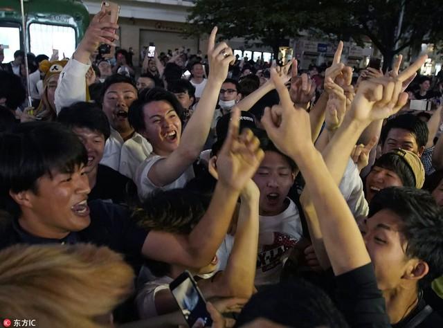 """đầu tư giá trị - photo 12 1529545817767826176324 - Người dân Nhật Bản """"đi bão"""", đổ ra đường ăn mừng chiến thắng gây sốc của đội nhà tại World Cup 2018"""