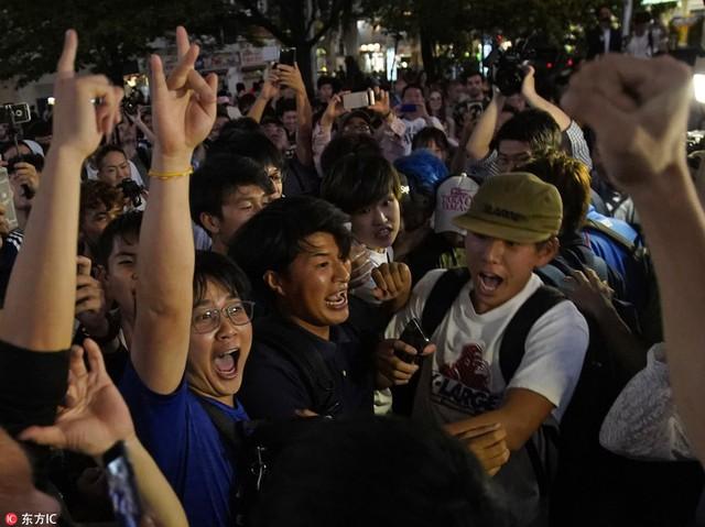 """đầu tư giá trị - photo 2 1529545817756615659200 - Người dân Nhật Bản """"đi bão"""", đổ ra đường ăn mừng chiến thắng gây sốc của đội nhà tại World Cup 2018"""