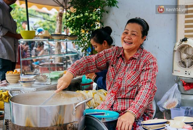 Quán cháo hào sảng giá 5.000 đồng/ tô của cô Tư Sài Gòn: Nhà Tư không nợ nần gì, bán vầy là sống thoải mái rồi! - Ảnh 5.