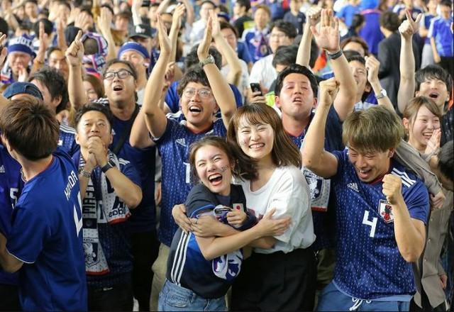 """đầu tư giá trị - photo 9 15295458177631333073253 - Người dân Nhật Bản """"đi bão"""", đổ ra đường ăn mừng chiến thắng gây sốc của đội nhà tại World Cup 2018"""