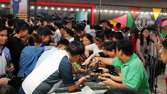 Clip: Hàng trăm người chen lấn xô đẩy tranh giành ăn buffet miễn phí gây náo loạn ở nhà hàng Cần Thơ - Ảnh 2.