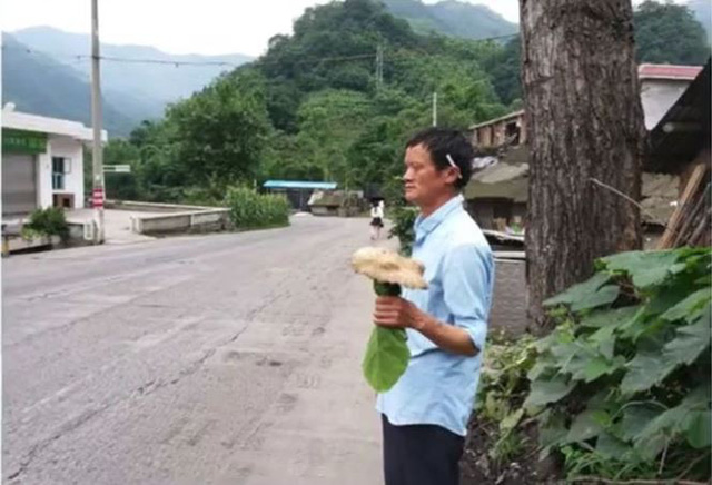 Bản sao tỉ phú Jack Ma đứng giữa đường bán nấm dại Thế giới - Ảnh 1.