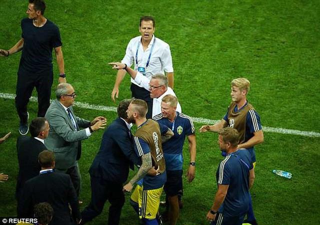 Xem lại màn ẩu đả giữa BHL đội tuyển Đức và Thụy Điển trong trận đấu nghẹt thở - Ảnh 2.