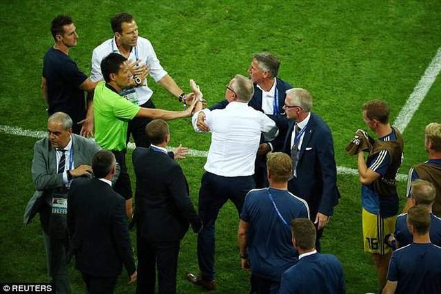 Xem lại màn ẩu đả giữa BHL đội tuyển Đức và Thụy Điển trong trận đấu nghẹt thở - Ảnh 3.