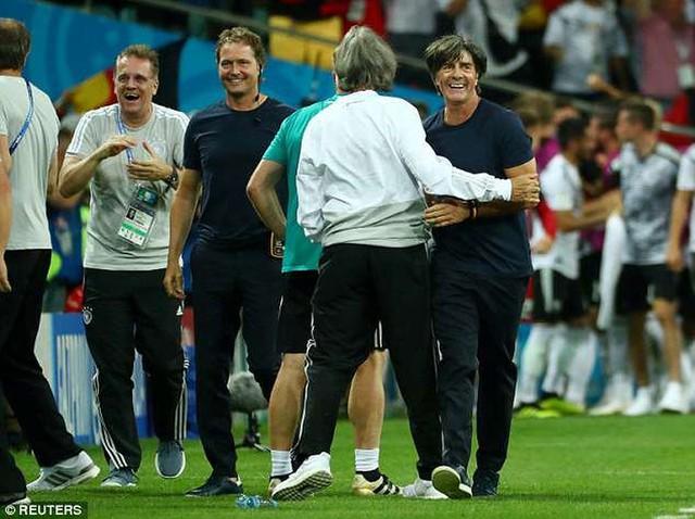 Xem lại màn ẩu đả giữa BHL đội tuyển Đức và Thụy Điển trong trận đấu nghẹt thở - Ảnh 4.