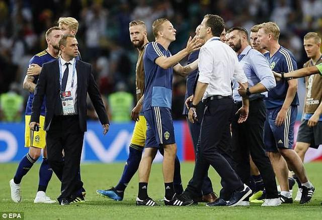 Xem lại màn ẩu đả giữa BHL đội tuyển Đức và Thụy Điển trong trận đấu nghẹt thở - Ảnh 5.