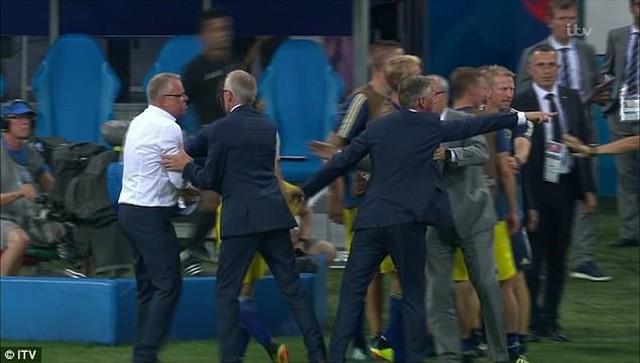 Xem lại màn ẩu đả giữa BHL đội tuyển Đức và Thụy Điển trong trận đấu nghẹt thở - Ảnh 6.