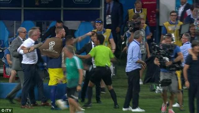 Xem lại màn ẩu đả giữa BHL đội tuyển Đức và Thụy Điển trong trận đấu nghẹt thở - Ảnh 7.