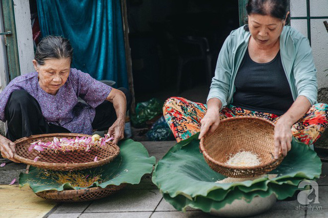 Trà dệt hương sen - thứ trà ủ cả ngàn bông sen Hồ Tây đầy tinh tế của Hà Nội - Ảnh 7.