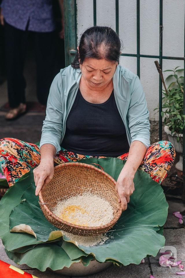 Trà dệt hương sen - thứ trà ủ cả ngàn bông sen Hồ Tây đầy tinh tế của Hà Nội - Ảnh 8.