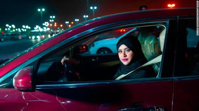 Saudi Arabia chính thức bỏ lệnh cấm nữ giới lái xe - Ảnh 1.