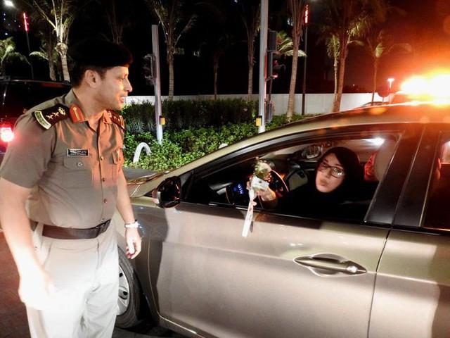 Ả Rập: Các sĩ quan cảnh sát đứng tặng hoa mừng ngày phụ nữ được phép lái xe ra đường - Ảnh 4.