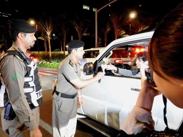 Ả Rập: Các sĩ quan cảnh sát đứng tặng hoa mừng ngày phụ nữ được phép lái xe ra đường - Ảnh 6.
