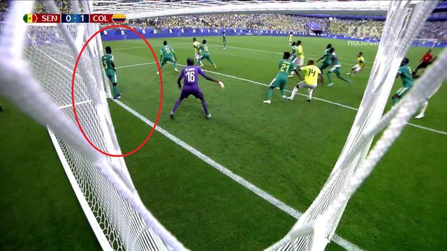 World Cup 2018: Cầu thủ gây bão với dáng đứng không màng thế sự, mặc kệ đội bạn ghi bàn - Ảnh 1.