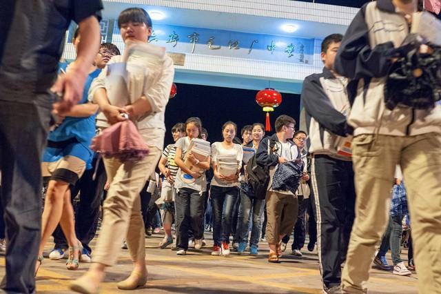 Lò luyện thi đại học tại Trung Quốc: Nơi không có trò chơi điện tử, phòng Bida hay quán Internet - Ảnh 1.