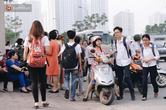 Ngày đầu tiên tuyển sinh lớp 10 tại Hà Nội: Học sinh và phụ huynh căng thẳng vì kỳ thi được đánh giá khó hơn cả thi đại học - Ảnh 20.