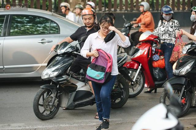 Ngày đầu tiên tuyển sinh lớp 10 tại Hà Nội: Học sinh và phụ huynh căng thẳng vì kỳ thi được đánh giá khó hơn cả thi đại học - Ảnh 4.