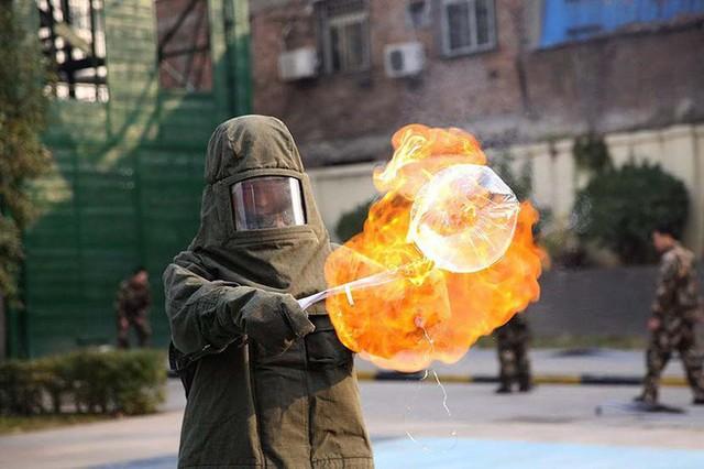 Báo chí Trung Quốc đưa ra cảnh báo về nguy cơ cháy nổ của bóng bay gắn đèn LED bán đầy ở Hồ Gươm - Ảnh 4.