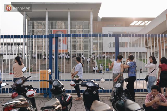 Ngày đầu tiên tuyển sinh lớp 10 tại Hà Nội: Học sinh và phụ huynh căng thẳng vì kỳ thi được đánh giá khó hơn cả thi đại học - Ảnh 7.