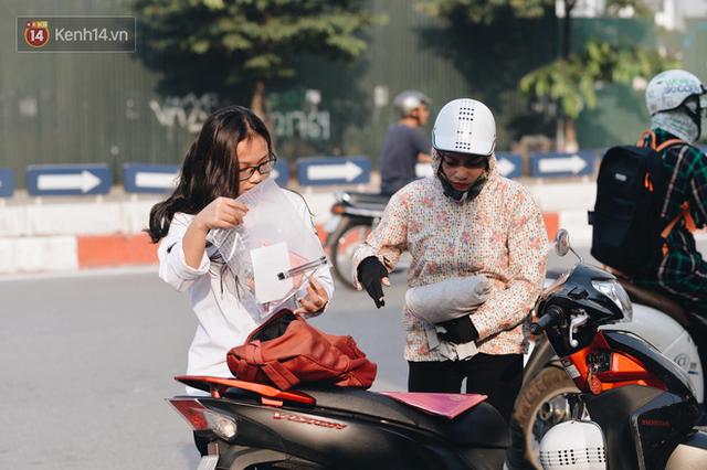 Ngày đầu tiên tuyển sinh lớp 10 tại Hà Nội: Học sinh và phụ huynh căng thẳng vì kỳ thi được đánh giá khó hơn cả thi đại học - Ảnh 8.