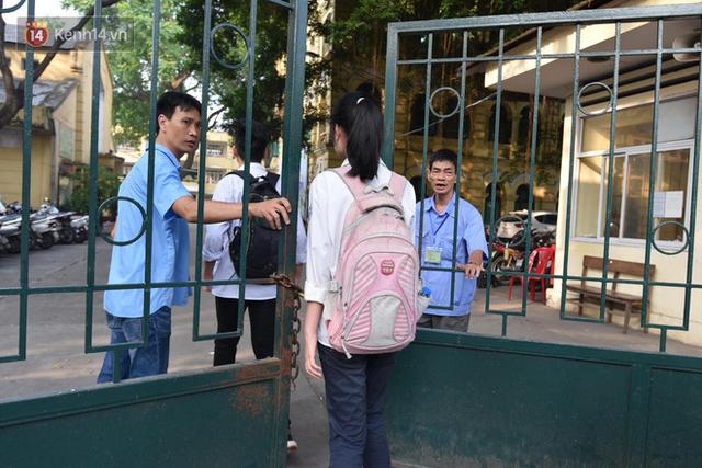 Ngày đầu tiên tuyển sinh lớp 10 tại Hà Nội: Học sinh và phụ huynh căng thẳng vì kỳ thi được đánh giá khó hơn cả thi đại học - Ảnh 10.