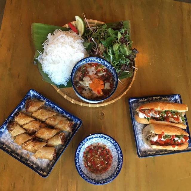 Nhà hàng Việt giữa lòng Seoul nổi tiếng đến nỗi muốn ăn phải xếp hàng tận 20 phút - Ảnh 1.
