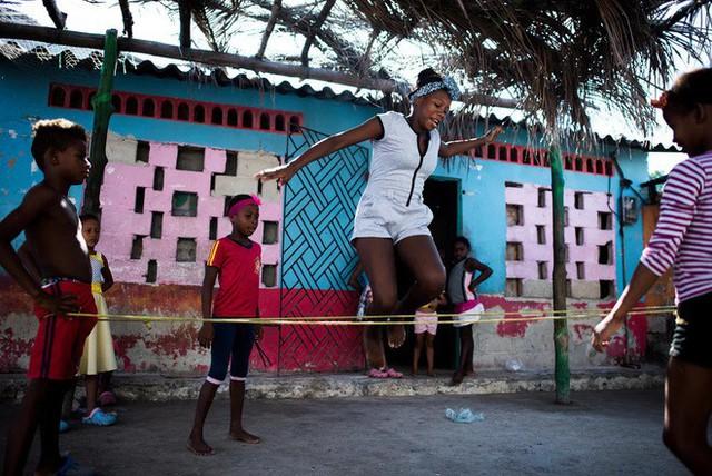 Ghé thăm hòn đảo đông dân nhất thế giới: Diện tích chỉ gần bằng 2 sân bóng đá, thiếu thốn trăm bề nhưng cuộc sống yên bình đến nỗi người dân đi ngủ không cần khóa cửa - Ảnh 3.