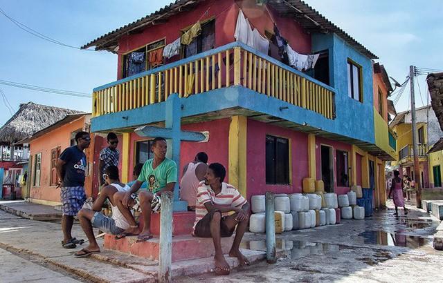 Ghé thăm hòn đảo đông dân nhất thế giới: Diện tích chỉ gần bằng 2 sân bóng đá, thiếu thốn trăm bề nhưng cuộc sống yên bình đến nỗi người dân đi ngủ không cần khóa cửa 6