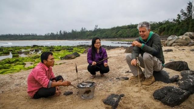 Những hình ảnh đáng nhớ của đầu bếp Anthony Bourdain trong hành trình khám phá ẩm thực Việt Nam - Ảnh 8.